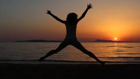 Sautez avec le coucher du soleil à l'arrière-plan image libre de droits