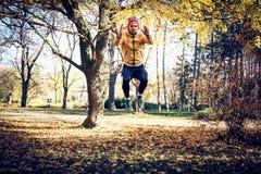 Sautez les postures accroupies en nature Sur le mouvement photos stock