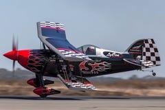 Sautez Stewart pilotant son PROMETHEUS fortement modifié de biplan de Pitts S-2S images stock