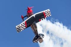 Sautez Stewart pilotant son PROMETHEUS fortement modifié de biplan de Pitts S-2S images libres de droits