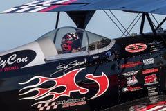 Sautez Stewart pilotant son PROMETHEUS fortement modifié de biplan de Pitts S-2S photos libres de droits
