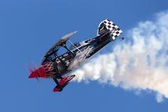 Sautez Stewart pilotant son PROMETHEUS fortement modifié de biplan de Pitts S-2S photo libre de droits