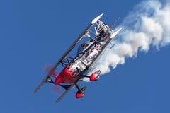 Sautez Stewart pilotant son PROMETHEUS fortement modifié de biplan de Pitts S-2S image libre de droits