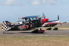 Sautez Stewart pilotant son PROMETHEUS fortement modifié de biplan de Pitts S-2S avec Melissa Pemberton pilotant un bord 540 photographie stock libre de droits