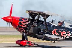 Sautez Stewart pilotant son PROMETHEUS fortement modifié de biplan de Pitts S-2S avec Melissa Pemberton pilotant un bord 540 photo stock
