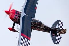 Sautez Stewart pilotant son PROMETHEUS fortement modifié de biplan de Pitts S-2S avec Melissa Pemberton pilotant un bord 540 images libres de droits