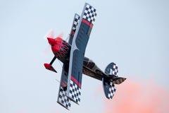 Sautez Stewart pilotant son PROMETHEUS fortement modifié de biplan de Pitts S-2S avec Melissa Pemberton pilotant un bord 540 photo libre de droits
