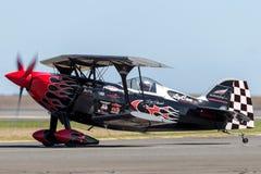 Sautez Stewart pilotant son PROMETHEUS fortement modifié de biplan de Pitts S-2S avec Melissa Pemberton pilotant un bord 540 images stock