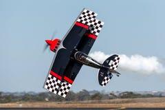 Sautez Stewart pilotant son PROMETHEUS fortement modifié de biplan de Pitts S-2S avec Melissa Pemberton pilotant un bord 540 photos stock