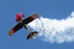 Sautez Stewart pilotant son PROMETHEUS fortement modifié de biplan de Pitts S-2S avec Melissa Pemberton pilotant un bord 540 photos libres de droits
