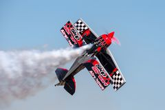 Sautez Stewart pilotant son PROMETHEUS fortement modifié de biplan de Pitts S-2S avec Melissa Pemberton pilotant un bord 540 image libre de droits