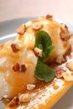 Sautierte Banane mit Eiscreme und Karamell sauce Stockbild