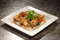 Sautierte Meeresfrüchte von Kamm-Muscheln, Garnelen, Tempura mit Rindfleisch, Karotte, Lizenzfreie Stockfotografie