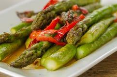 Sautierter grüner Spargel des roten Pfeffers diente als Salat Lizenzfreies Stockbild