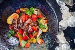 Sautiertes Gemüse mit Roastbeef in der Draufsicht der dunklen Platte Gesundes Lebensmittel, n?hrend warmer Salat mit Kopienraum lizenzfreie stockfotos