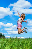 Sauts élevés de jeune femme Photo libre de droits