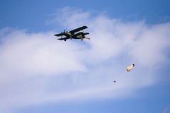Sauts de parachute de l'avion photographie stock