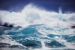 Sauts de pression de vague déferlante de tempête contre le rivage d'Oahu photographie stock