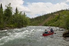 Sauvage, canoë-kayak rapide de rivière en Alaska à distance Photographie stock
