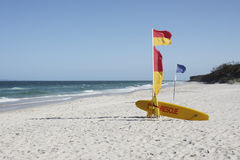Sauvetage australien de vague déferlante de plage un jour ensoleillé Images stock