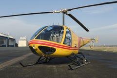 Sauvetage par hélicoptère, hélicoptère dans le ciel tout en volant Photo libre de droits