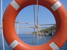 Sauvetage rond de couleur orange comme cadre à un paysage de mer en Turquie Photos stock