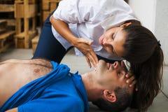 Sauveteur assiting l'homme inconscient images libres de droits