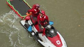Sauveteurs s'asseyant sur la moto de l'eau avec la civière de l'eau derrière, premiers secours clips vidéos