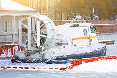 Sauvez l'aéroglisseur au pilier à la rivière congelée en hiver Photographie stock libre de droits