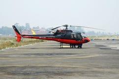 Sauvez l'hélicoptère préparant pour évacuer des grimpeurs de montagne après accident de camp de base d'Everst, aéroport de Lukla,  image stock