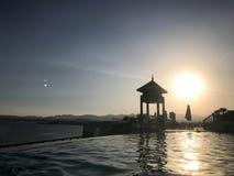 Sauvez la cabine, dominez, sauvez le courrier au bord de l'eau d'une piscine luxueuse d'infini fusionnant avec l'horizon contre l Images libres de droits