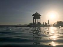 Sauvez la cabine, dominez, sauvez le courrier au bord de l'eau de piscine-infini fusionnant avec l'horizon sur le fond de la mer  Photographie stock libre de droits