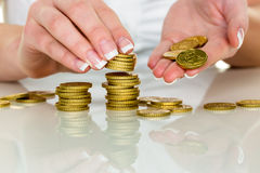 Sauvez la femme avec la pile de pièces de monnaie sur l'argent Photo libre de droits