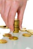 Sauvez la femme avec la pile de pièces de monnaie sur l'argent Photos libres de droits