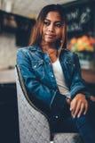 Sauvez la jeune femme magnifique de prévision de téléchargement dans des blues-jean refroidissant dans un club images stock