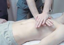 Sauvez la vie d'un patient présentant l'arrêt cardiaque dans l'hôpital images stock