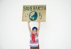 Sauvez le concept de fille de garçon d'environnement global de la terre Photos stock