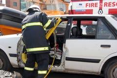 Sauvez le sapeur-pompier dans l'action pour enregistrer des personnes d'un accident de voiture devant d'autres personnes à Sofia, Photos libres de droits