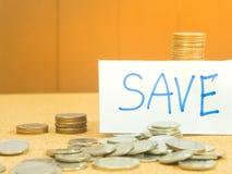 Sauvez les affaires croissantes de pile de pièce de monnaie d'argent de préréglage de concept d'argent Photos libres de droits