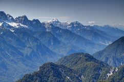Sava dolina z strzępiastymi śnieżnymi szczytami Juliańscy Alps, Slovenia Zdjęcie Stock