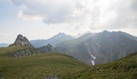 Savage Landscape i Carpathian berg, Rumänien arkivfoton