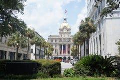 Savannah City Hall a placé sur la rue de Taureau, avec des palmiers un jour ensoleillé Photographie stock