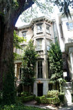 Savannah, Georgia, USA historiskt områdeshus och ekar royaltyfria foton