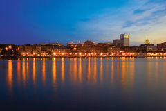 Savanne Riverfront bij Schemer Stock Afbeeldingen