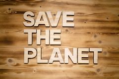 SAVE οι λέξεις ΠΛΑΝΗΤΏΝ φιαγμένες από ξύλινα κεφαλαία γράμματα στον ξύλινο πίνακα στοκ φωτογραφίες με δικαίωμα ελεύθερης χρήσης