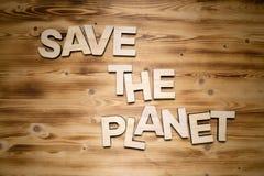 SAVE οι λέξεις ΠΛΑΝΗΤΏΝ φιαγμένες από ξύλινα κεφαλαία γράμματα στον ξύλινο πίνακα στοκ εικόνες