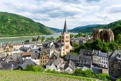 Save ściąganie zapowiedzi panoramy miasta krajobraz Bacharach na rzecznym Rhine z kościół zdjęcie stock