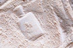 save Μεταφορτώστε την πρόβλεψη Σφραγίδα του μπουκαλιού αρώματος στην μπεζ σκόνη προσώπου στοκ φωτογραφίες