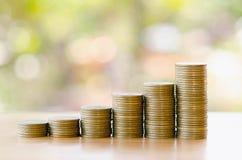 Save pieniądze z sterta pieniądze monetą dla rosnąć Zdjęcie Royalty Free