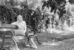 Save tw?j czas z robi? zakupy online TARGET128_1_ online Dziewczyna siedzi ?awk? z notatnikiem Kobieta z laptopem w parku cieszy  zdjęcia stock